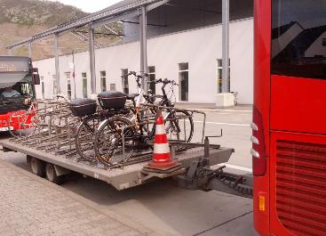 自転車をバスに載せて移動することもできる。貸自転車なら大人の普通自転車が一日10ユーロ(約1,350円)、電気自転車なら25ユーロ位(約3,370円)を目安にするといい。) ※2015/5/8付レート参照