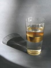 Wasserglas Gral, entwickelt für Menschen die keinen Alkohol trinken. Durch die Lichtbrechung reflektiert der goldene Boden ins Wasser und gibt ihm ein inneres Leuchten.
