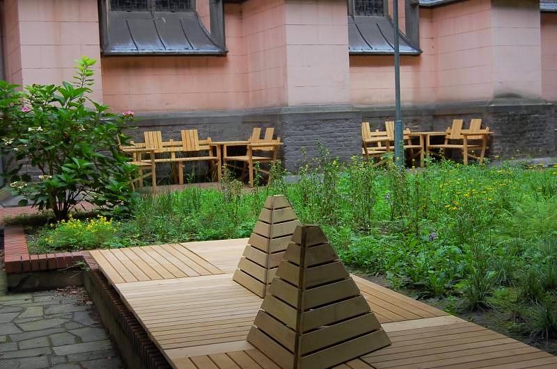Neu gestalterer Innenhof mit Staudenbepflanzung