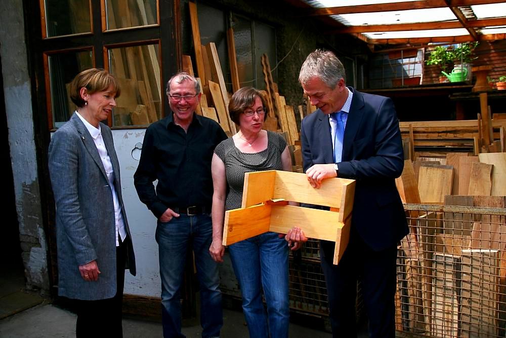 Umweltminister Remmel begutachtet unseren StubenHocker