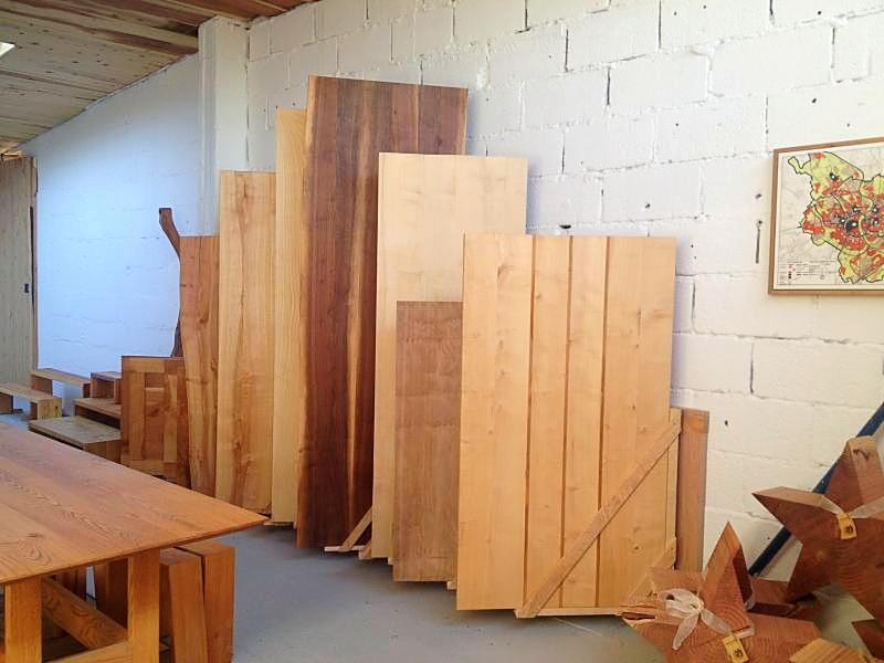 Eine Auswahl an Tischplatten in verschiedenen Holzarten