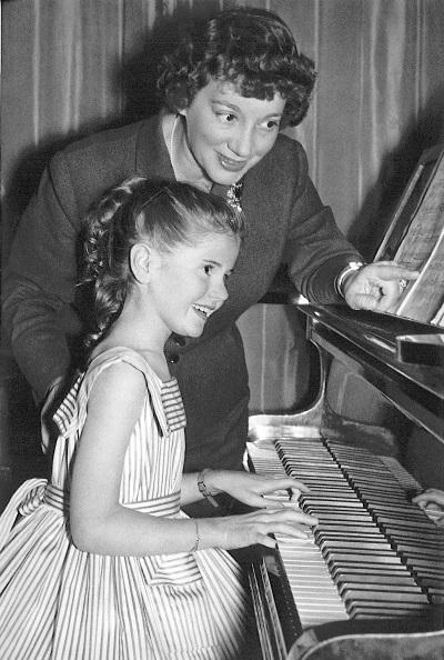 Minou Drouet également douée pour le piano avec sa professeur