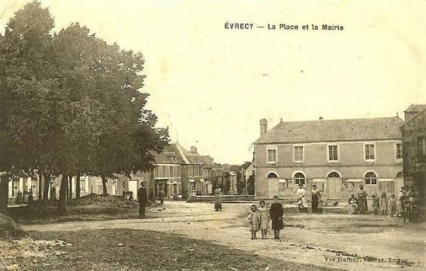 Avant le bombardement : la place de la mairie