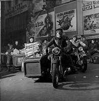 Livreur de journaux sur une moto à side-car
