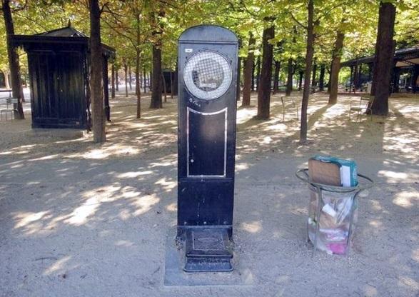 Jardin du Luxembourg avec protection grillagée du cadran