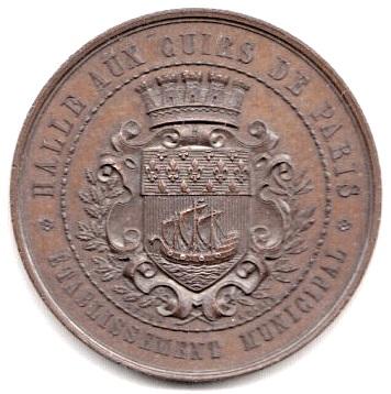 """Une médaille réalisée pour l'exposition de 1867 précise que """"la halle aux cuirs de Paris"""" 'a le statut d'établissement municipal."""