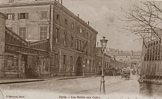 De la halle construite en 1866,  subsiste une représentation. La photo est prise rue Santeuil. On voit à droite la clôture en fer d'un jardin et un arbre (environnement peu différent de celui de 1963)