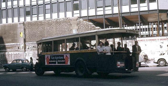 L'autobus 67 version TN4C (1936) passe devant le chantier
