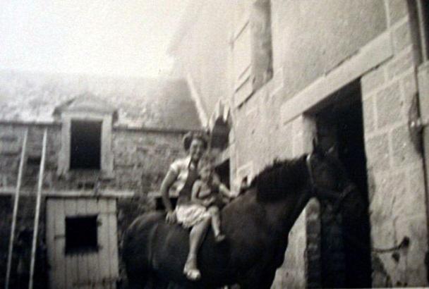 A cheval près de l'écurie