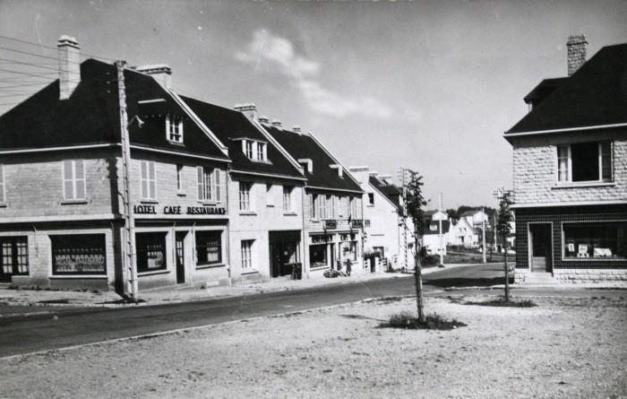 Durant la reconstruction : la rue principale vue de la place de la mairie
