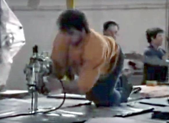 Taille de tissu à genoux sur la plan de travail