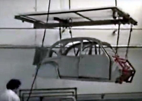 Avancement sur rail par perche guidée au sol