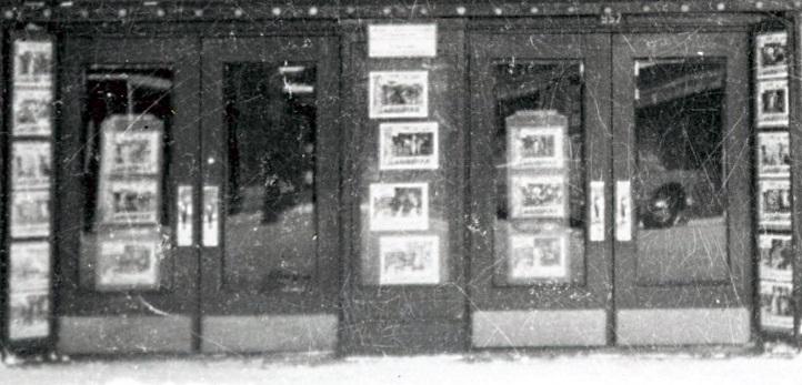 Photos de films sur les portes d'un autre cinéma dans les années 50
