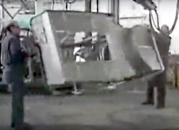 Deux ouvriers retournant la coque