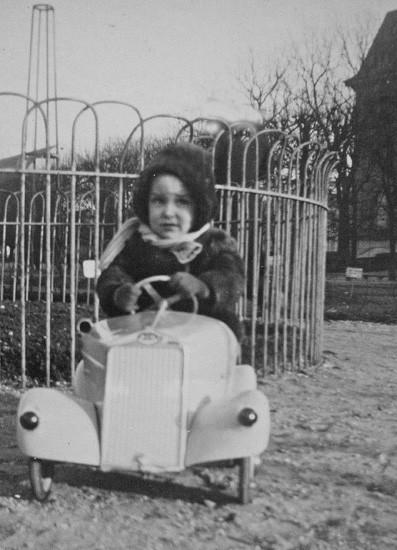 En voiture à pédales au Jardin des Plantes de Paris vers 1950
