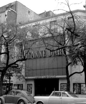 Façade (ici refaite dans les années 60) avec les photos de part et d'autre de l'entréeac