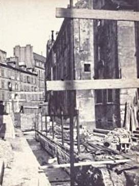 En 1903, on voit la Bièvre en passe d'être recouverte dans cette même rue Santeuil. Sans doute a t' elle dû continuer à être utilisée à l'intérieur de la halle (?).