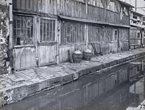 La Bièvre est ici le cours d'eau indispensable à toute tannerie. Elle passe précisément au milieu de la halle. Une photographie la représente en amont, rue des Cordelières...