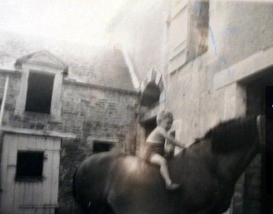 A cheval près de l'écurie (enfin seul)