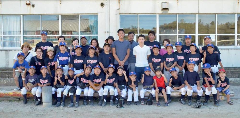 2018/09/09 OBの川島君(白いTシャツ)その左隣 古谷君(中央)二人が高校野球引退の報告に来てくれました。