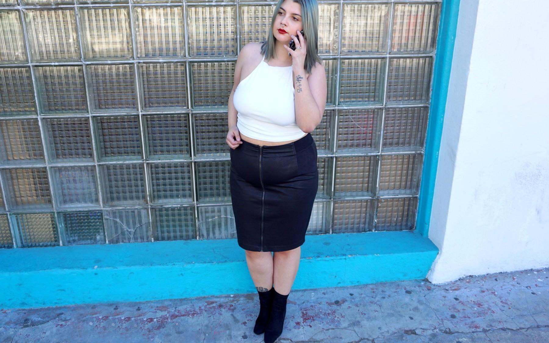 Boots velours public desire et jupe en cuir chic with curves manon edwards - Que porter avec une jupe crayon ...