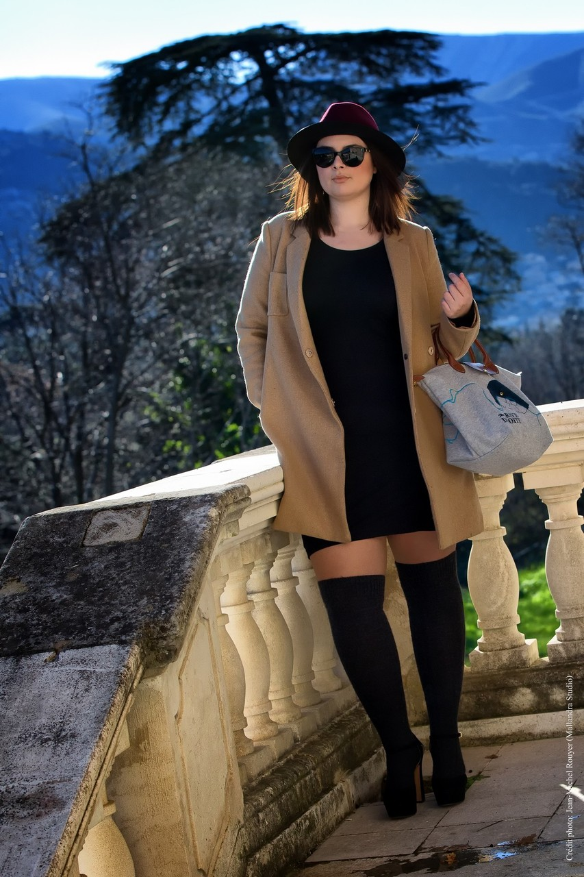 CHIC WITH CURVES BLOG MODE MARSEILLE LOOK ROBE MOULANTE H&M CHAUSSETTES HAUTES ESCARPINS PLATEFORMES H&M SAC LONGCHAMP CHAPEAU THE KOOPLES MANTEAU LONG GAP