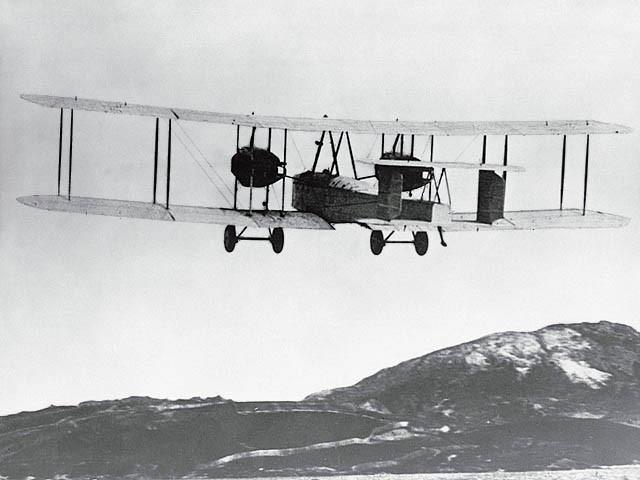 Vickers Vimy ripreso al decollo.