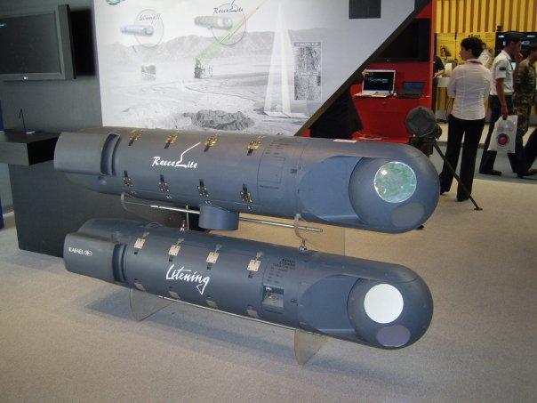 """I due pod a confronto: il RecceLite (sopra) caratterizzato dal data link antenna (il cilindro che fuori esce da sotto per inteso), e il Litening III entrambi più efficaci degli """"anziani"""" ma validi CLDP (Convertible laser designation pod) ."""