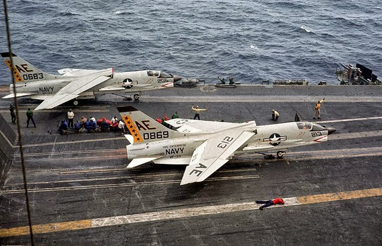 F-8E Crusader del VF-33 pronto al lancio dalla USS Enterprice nel 1964.- US Military Aviation.