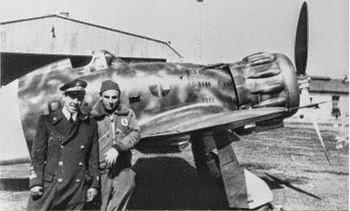 Da sinistra Aldo Gon e Giulio Reiner, davanti un Macchi 200 Gorizia 1941. Foto di: www.asso4stormo.it