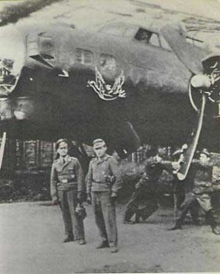 Specialisti davanti ad un Boeing B-17 Flying Fortress.