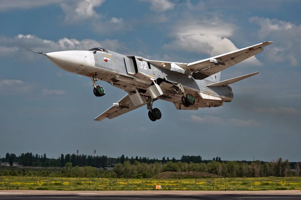 """Un Su-24 """"Fencer"""" un cacciabombardiere tattico a geometria variabile paragonabile al Tornado o all'americano F-111 / Reuters"""