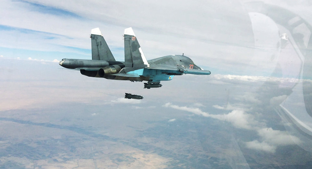 Un cacciabombardiere Su-34 sgancia una bomba KAB-500 a guida GPS / © Reuters