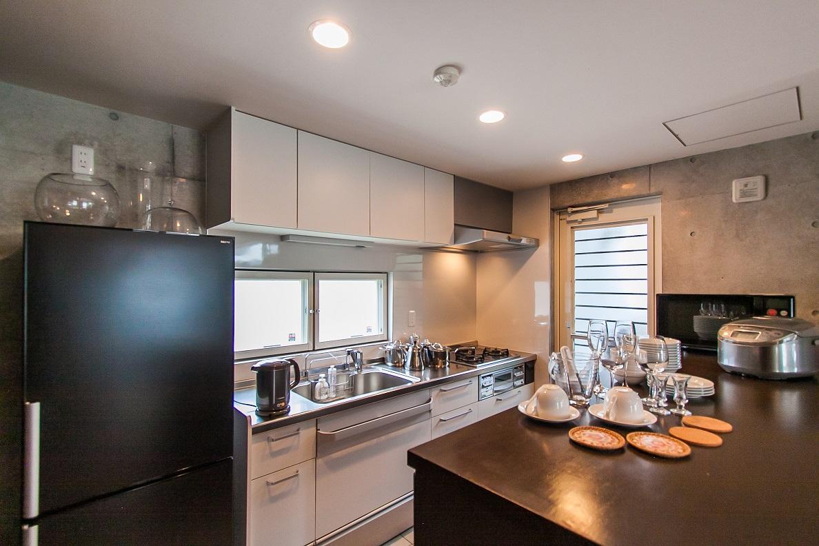 1Fキッチン 冷蔵庫・オーブンレンジ・炊飯器・湯沸かしポット・調理器具・食器類も揃えていますのでこちらで自炊も出来ます。