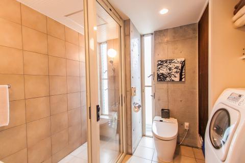 1Fシャワールーム トイレ トイレ横に洗濯乾燥機、洗剤等を置いております。ご自由にご利用下さい。