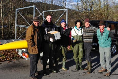 Das Wasseramselteam an der Leitzach bei Fischbachau. von links: Bernhard Riepl, Zivi Markus Mayer, Zivi Florian Eder, Traudl Riepl, Volker Herden und Michael Wogh © LBV Miesbach