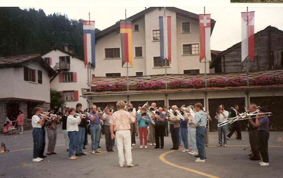 1992: Ausflug Saas Almagell: Ständli auf dem Dorfplatz; Direktion Theo Emmenegger