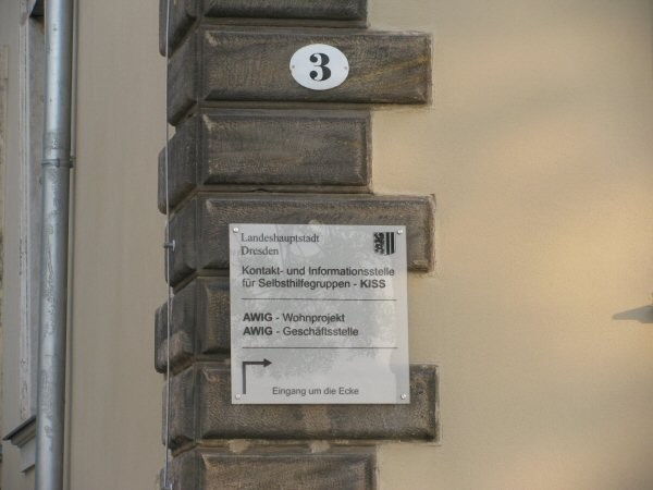 Hausnummer und Hinweis auf den Zugang auf der Gebäuderückseite