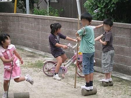 庭で遊ぶ子供たちの近影