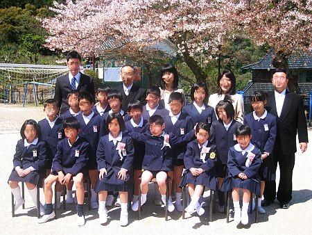 校庭で記念撮影