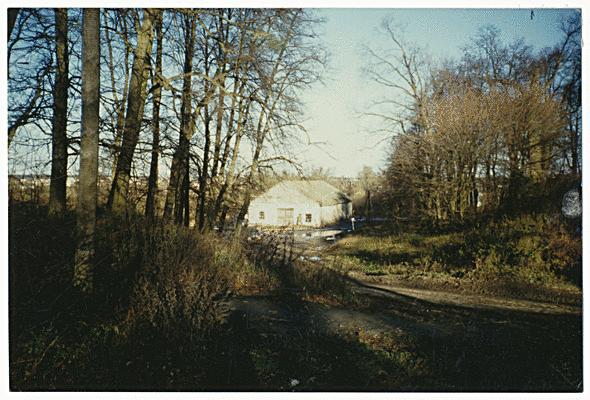 """Aufnahme weit nach 1945. Strasse von der Kirche kommend mit Blick auf das ehemalige Gasthaus """"Goldener Kürbis"""""""