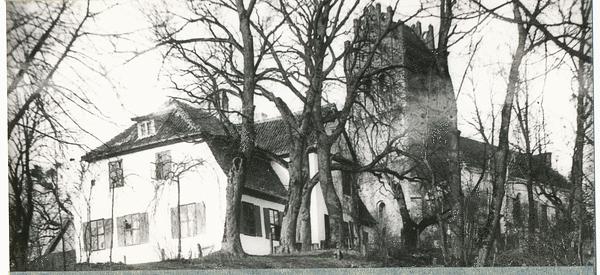 Auf den ersten Blick wirkt es wie eine Fotomontage. Allzusehr scheinen Pfarrhaus und Ännchen-Kirche miteinander zu verschmelzen. Bei näherer Betrachtung lässt sich diese Täuschung durch die Imposanz des hohen Gebäudes erklären.