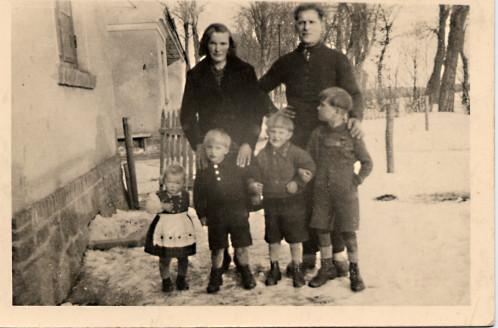 Sophia, geb. Epping und August Machhein mit den Kindern Renate, Manfred, Horst und Günter. Aufnahme um 1941/42