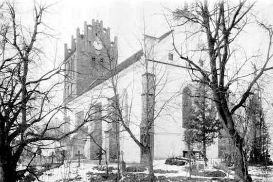 Kirchenschiff im Hintergrund links kann man die Kuppel des Mausoleum sehen