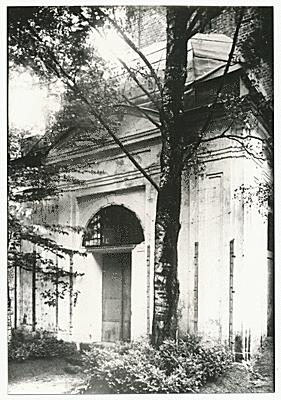Eingang Gutsmausoleum, oberhalb ist die Kuppel zu sehen