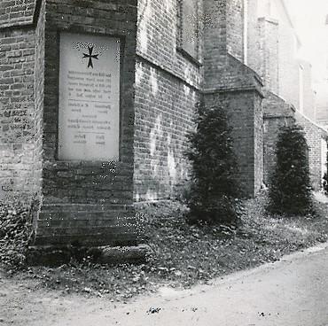 Seitlich des Giebels der Kirchenrückfront eingelassene Gedenktafel 1914/1918