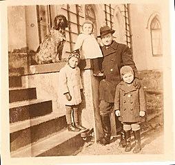 Letzter Gutsherr auf Baiersfelde Willy Anker vor dem Gutshaus mit drei seiner fünf  Kinder vlnr.: Karin, Joachim Friedrich Wilhelm, Erhard Theodor Ernst Anker. Photo: Joachim Anker