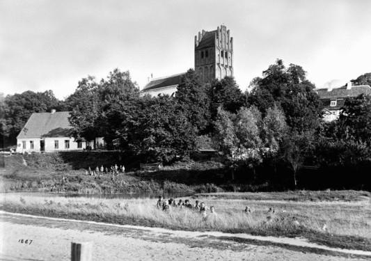 Links von der Kirche das Pfarrhaus, rechts davon das Gutshaus. Vielleicht sind die Kinderscharen vorne im Bild viel spannender. Aufnahme um 1887, Oma wurde hier 1889 getauft.