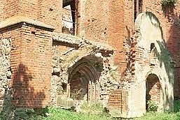 Ehemaliger Haupteingang für Kirchenbesucher. Der Zusammenhang von Vorbau und Portal kaum noch zu erkennen.