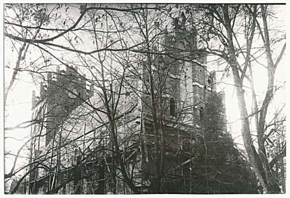 Eingerüstet für Wiederaufbauarbeiten nach dem Brand 1911